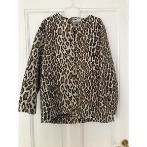 Kan bruges som en jakke eller en trøje indendøre.  Den er brugt meget få gange.   Jeg sender gerne, men det er køber, der betaler for både forsendelse og indpakning.