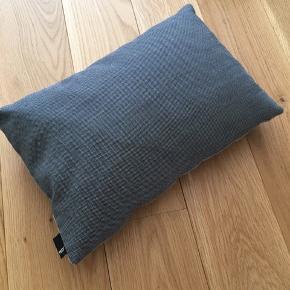 Grå sofapude fra Hay. Kun et par måneder gammel, fejler ingenting. Kan afhentes i Teglholmen, København SV