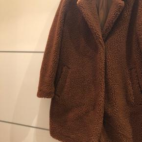 Teddy jakke fra H&M str. S. Brugt 2 gange. Fuldstændig som ny. Farven kommer bedst til udtryk på billede 3.    Læs min beskrivelse på profilen, før du byder på mine varer 😊