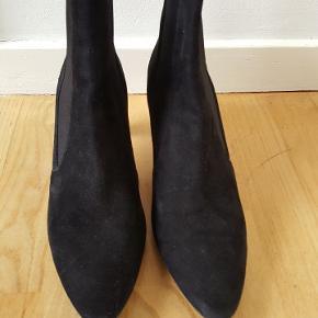 Smukkeste støvletter i ruskind. De er kun brugt et par gange og har fået nye såler under for at beskytte lædersålen. Den ene har desværre fået en skade på hælen. Jeg tror, en skomager vil kunne ordne det.