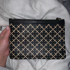 Sælger denne lækre clutch / pung / taske, fra Malene Birger. God men brugt.  Sælges derfor billigt, da jeg bare ikke længere får den brugt