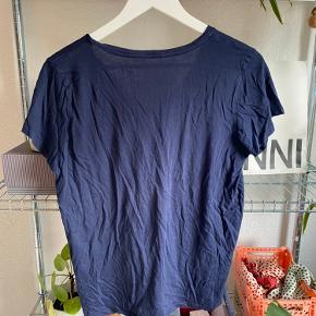Sælger næsten ny Ralph Lauren t-shirt i str. L. Sælges grundet jeg ikke får den brugt. Ny pris: 300 kr.