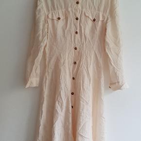 Kjolen er 100 % silke og fra det Italienske mærke Transit Par Such. Den er næsten ikke blevet brugt. Størrelse 3.