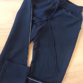 Skønt sæt fra Envii. Bluse og bukser i blå med hvid stribe. Når det bruges sammen ligner det en smart buksedragt. Bluse brugt et pr gange så er næsten som ny, str xs Bukser godt men brugt, str s.