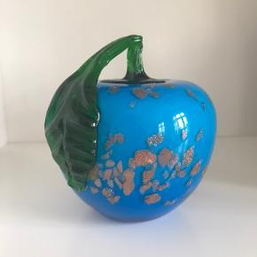 Smukt mundblæst glasværk med glimmer. Ø 11,5 cm