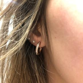 Rosaguld øreringe med sten fra pilgrim.  Fejler intet.