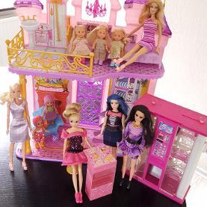 Barbie dukker og tilbehør samt Disney prinsesse slot. Brugt men ok.