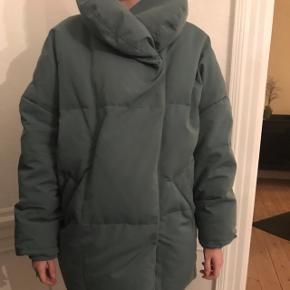Super fint Oversize dun jakke i mosgrøn.  Str: S Farve: mosgrøn NP: 1199.-