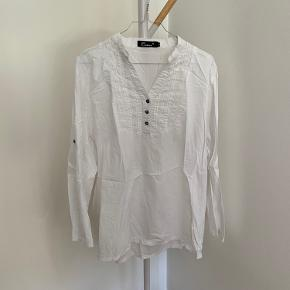 Sød skjorte med fine detaljer   Passer m/l