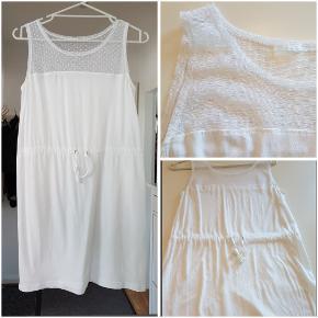 Sød hvid kjole med tyl effekt for oven. BM: 2x40 L: 81 100% bomuld, tyl 100% nylon