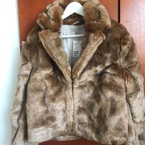 Fin, blød og ubrugt faux fur jakke fra H&M.  Lukkes med tre kraftige hasper foran.