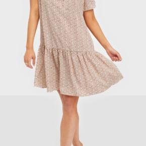 Moves by minimum 'luina' kjole.  Aldrig brugt, kun vasket 1 gang.  Løs pasform   Farve: Ivory cream   Materiale: 100% polyester