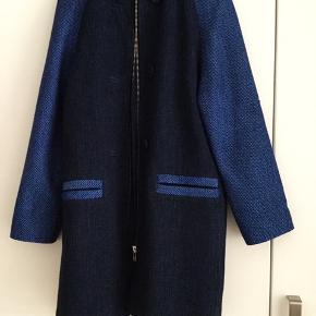 Skøn frakke i smuk blå farve - brugt få gange