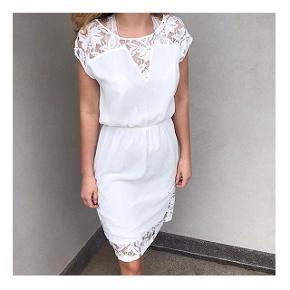Feminin kjole fra Neo Noir med en smuk blonde. Den har elastik i taljen.         Kun brugt 1 gang, derfor fin stand.  Bemærk de 2 første billeder er modelbilleder der bare viser hvor fin kjolen er når den er på.