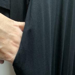 Lækker blød kjole med lommer Har også cardigan på sidste billede