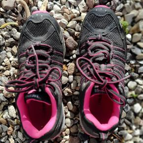 Meget fine vandre/kondi sko, næsten nye brugt en gang. De er fra mærket trespass. Byd!