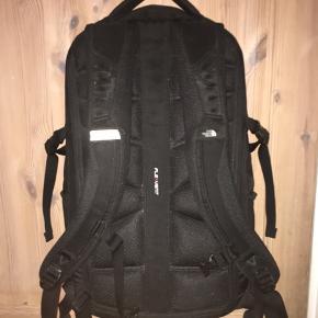 Rigtig god taske fra North Face med mange rum. Mener den er 28 liter. Kan mødes Kbh ellers sender jeg gerne.