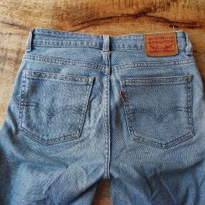 Levi's jeans i str. 24/32. De er brugte, men stadig super flotte. Jeg har selv været meget glad for dem.