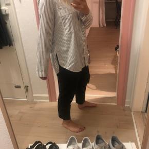 Stribet hvid/blå skjort. Brugt en håndfuld gange. Fremstår som ny 🌸