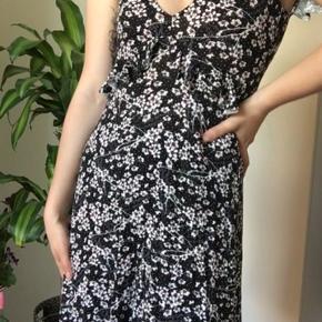 Sælger denne kjole da jeg ikke får den brugt. Den er købt til 299,- i gina tricot for nogle måneder siden og den er aldrig brugt. Byd gerne
