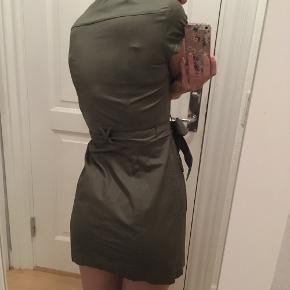 Grøn army kjole med guldknapper og bindebånd.  Brugt én gang, fejler intet.