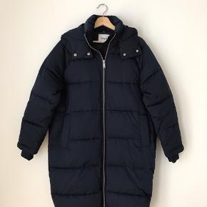 Envii marineblå jakke i str xs/s. Fremstår næsten som ny.  Kan afhentes i Ørestad eller sendes på købers regning.