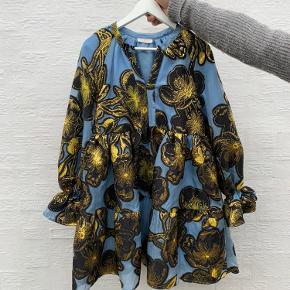 SMUKKESTE kjole, som er udsolgt alle steder 💖  Der er et par (små) huller i det ene ærme. Man bemærker dem ikke pga. print og farver, og så vender de indad mod kroppen. Det kan sikkert fikses med nål og tråd, hvis man kan sådan noget 🙏
