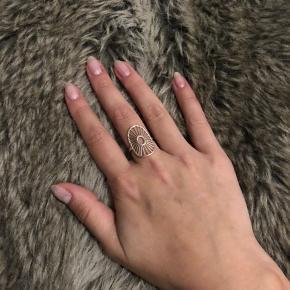 Smuk sølvfarvet Daylight ring fra Pernille Corydon. Købt i Bahne cirka august 2018 til nypris 500kr (har desværre ikke kvittering men æske medfølger). Brugt sjældent. Størrelse 53 men justerbar. Kan afhentes eller sendes (køber betaler forsendelse med DAO).