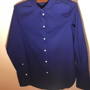 Stærk kobolt blå skjorte. Uden tag, men aldrigt brugt
