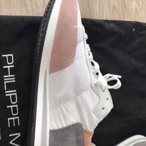 Fantastiske sneakers fra Philippe Model, med rosegold, rosa og grå. Helt nye (fejlkøb) forår 2020. Lidt store i størrelsen - jeg bruger normalt str 37.