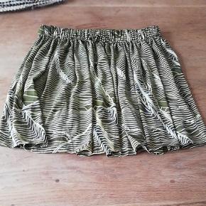 Oliven grøn nederdel fra week day. Str. M. Men jeg vil også mene den kan passe en L. Brugt 1 gang, så som ny.
