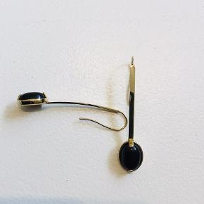 Flotte guldbelagte ørering med sort sten. Længde 6 cm