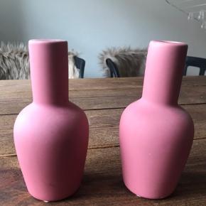 To søde små lyserøde vaser sælges, fordi jeg ikke bruger dem. Ukendt mærke. Helst gerne afhentning hos mig 🌸 eller så skriv, så finder vi ud af noget!