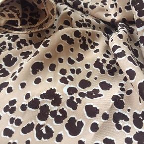 Fint mellem tørklæde til fx en taske, tætsiddende i halsen eller til håret.