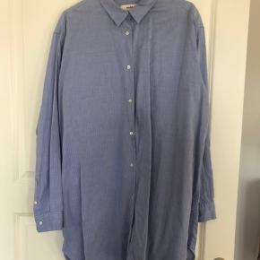 Pæn blå skjorte fra Mads Nørgaard. Er brugt 2 gange og vasket 1 gang. Efter en strygning er den så flot som ny😊