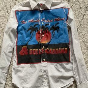 Mega sej Dolce and Gabbana skjorte🤍 Købte den brugt, men har ikke brugt den overhovedet💛 Købte den for 250kr. Så vil sætte den startpris på 150kr. Jeg er åben for bud🧡