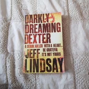 Super spændende roman 'Darkly Dreaming Dexter' og bogen bag den populære tv-serie 'Dexter'. Bogen er brugt og læst igennem, som den har tegn på enkelte steder, fx i ryggen, men fejler ellers intet og fremstår pæn.  🇬🇧 Bogen er på engelsk.  🗺 Kan afhentes på Østerbro eller sendes med DAO.