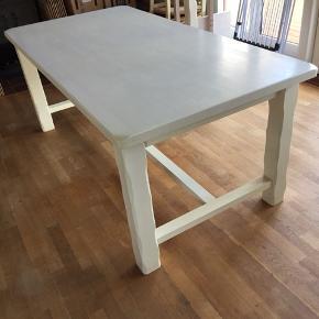 Massivt og lækkert spisebord fra ILVA. Der medfølger 2 tillægsplader.