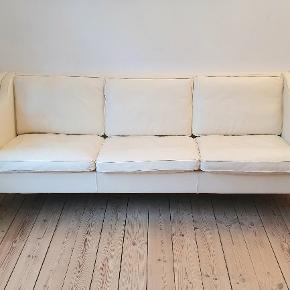 Råhvid læder. Klassisk design a la Børge Mogensens eller Wegner. Slidstærk og nem at holde. Velholdt med lækkert læder - kun en enkel lille rids i læderet. Fremstillet i bøg eller eg.   210 bredde  78 dybde 77 højde 50 siddedybde  https://rosborgshop.dk/produkter/184-fredericia-furniture/3580-2213-sofa-borge-mogensen/