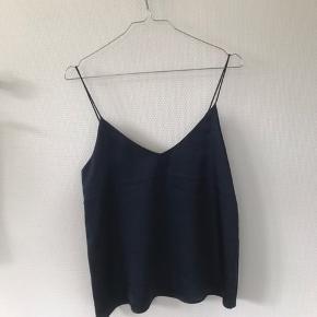Rigtig fin blå top fra Samsøe. Fejler absolut ingenting, sælges kun da den er en smule for stor til mig.   #Secondchancesummer