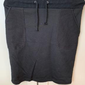 Jersey nederdel med lomme og bindebånd i taljen. Brugt få gange, vasket én gang.   BYD!
