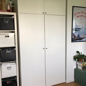 Et rummeligt og velholdt PAX Ikea skab med overskabe, bøjlestang og to trådkurve. Skabet er kun halvandet år gammelt og kan skilles ad. Det står på 6. etage men med elevator. Håndtagene er i krom og kan udskiftes med andre håndtag hvis man vil. Ligeledes kan skabet skræddersyes med tilkøb i Ikea hvis man eks. Ønsker flere trådkurve eller skuffer. Sælges på grund af flytning.