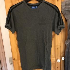 Sælger denne fede t-shirt. Kom med et bud.  Trøjen har aldrig været brugt. Den kan sendes, men det bliver på købers regning.
