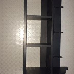 Fin sort hylde med 3 rum og 3 kroge, lige klar til at hænge op med beslag.  Mål: 60x34 cm og 19 cm dyb.