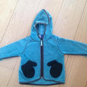Varetype: fleeceStørrelse: 2år Farve: Blå  Molo fleece, som er godt brugt, men kan sagtens bruges mere, hvis man har det okay med, at der er nogle små huller i stofkanten ved lynlåsen og ved ærmerne :)