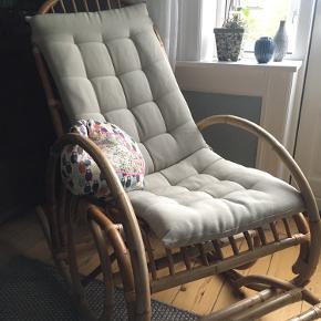 Gyngestol i bambus. Virkelig god kvalitet.  Til havestuen, dagligstuen, sommerhuset, soveværelset eller hvor du synes den hygger og du kan sidde og nyde livet.  Ingen fejl eller slid. God kvalitet fra Manillahuset. Nypris anført er prisen på den tilsvarende stol derfra. Denne var en gave, så jeg har ikke kvittering.  Bud fra 1500kr. Skal afhentes i 2800 Kgs. Lyngby.  (Pude ikke til salg 😉).