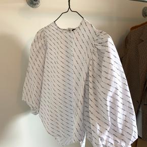 Skjorten er kun brugt 2 gange og har derfor ingen brugstegn