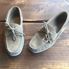 Sebago Docksides sejlersko.   Skoen er i ruskind - og med læderfor.   Brugt et par gange, men fremstår som ny.   Nypris er DKK 1045.