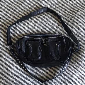 En taske ved navn Alimakka fra Nunoo. Den er blevet brugt få gange i gymnasiet. Ellers har den hængt på en krog sammen med andre tasker. Den har derfor et mærke (kan ses på tredje billede), som jeg tænker retter sig ud med tiden. Den er lavet i washed læder.  Nypris: 1200 kr. ✨  BYD ✨  Spørg endelig hvis du gerne vil se flere billeder ;)