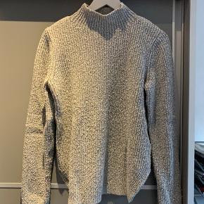 Grå Pieces sweater i str small💖  Brugt en del, men er stadig i god stand og fejler absolut intet.  Strikkens materiale skal være sådan lidt nusset/fnulleret, som det også ser ud til. Men det er ikke noget som drysser, smitter af eller andet😁  Byd